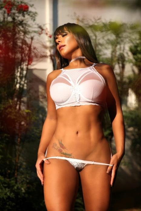 23.fev.2018 - A modelo e economista Débora Oliver mostrou suas curvas em um ensaio sensual o site Diamond Brazil