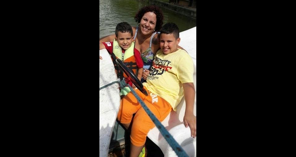 Debora Moreira e seus filhos Matheus e Miguel. Eles moram em São Paulo (SP)