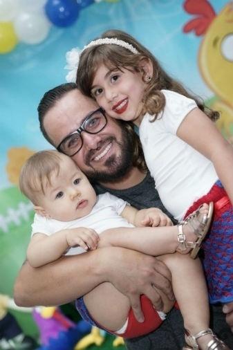 Papai Aisllan com as filhas Sophia e Maria Eduarda