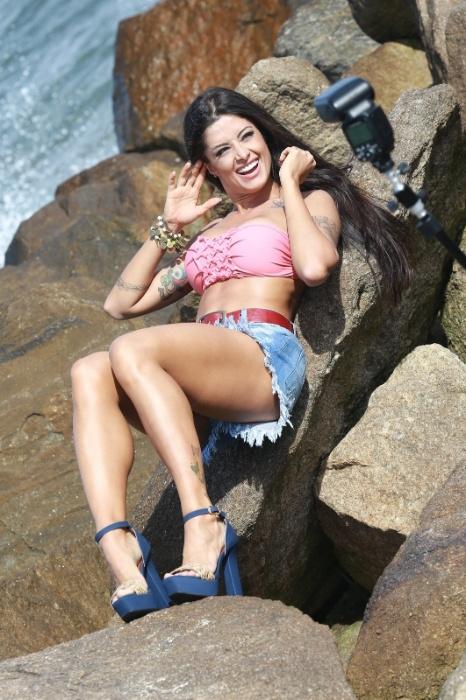 18.ago.2015 - A bailarina e modelo Aline Riscado brincou enquanto participava de um ensaio fotográfico na Barra da Tijuca, no Rio de Janeiro, nesta terça-feira