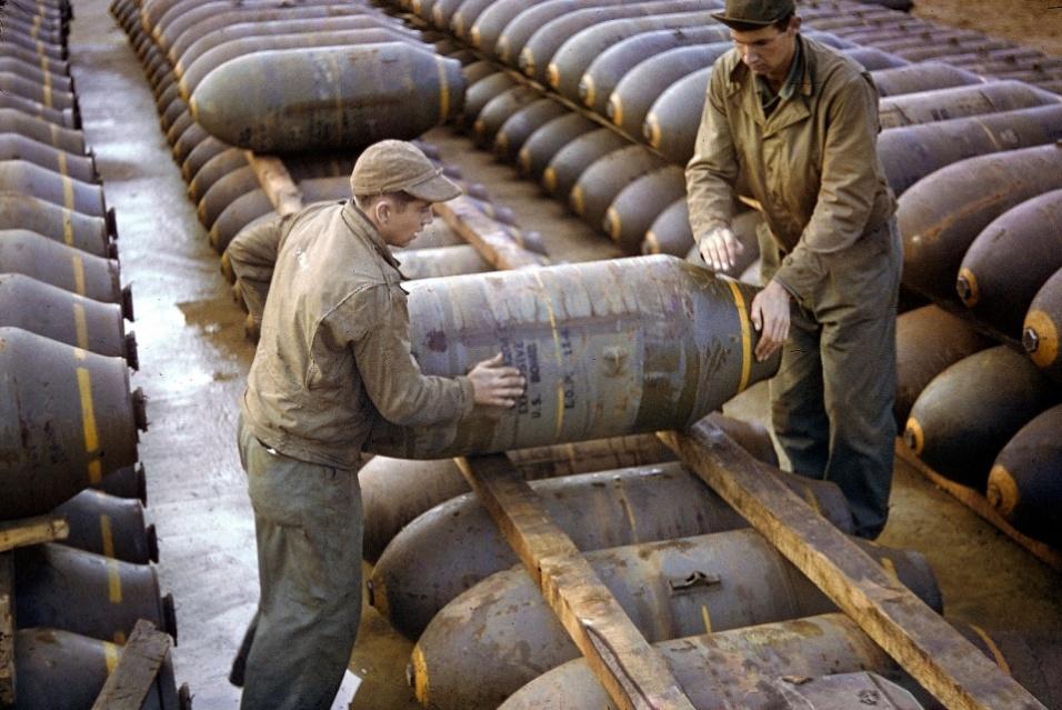 1944 - Tropas dos Estados Unidos movem bomba em armazém