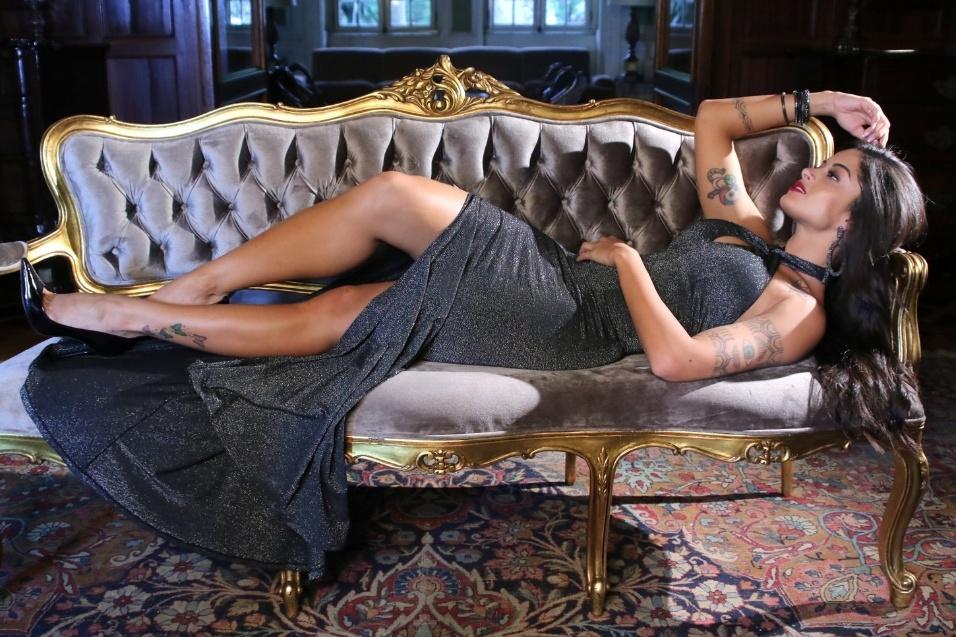 """21.dez.2016 - Vestido longo usado por Aline Riscado destacou as curvas da """"Verão"""""""