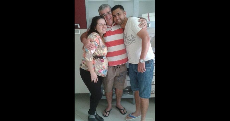 Osvaldo com os filhos Luigi e Geane, grávida do Enzo, de Franco da Rocha (SP)