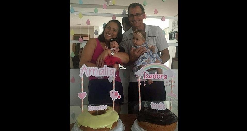 Vovó Glaci e suas duas netas Amália, de 11 meses, e Isadora, de seis meses. Elas moram em Pelotas (RS)