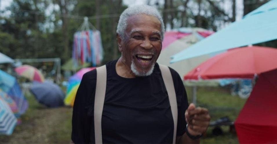 """28.jan.2016 - Após a morte da esposa Louise, depois de um casamento de 59 anos, Charles """"LaLa"""" decidiu fazer de sua casa um memorial, decorando o local com fotos e vídeos de seu amor, além de um jardim cheio de guarda-chuvas"""