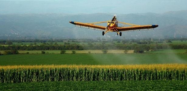 Agrotóxico sendo espalhado sobre plantação - Reprodução/NPR.org