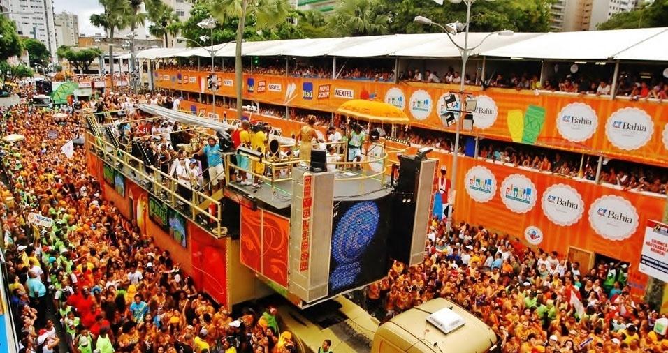 22. O Carnaval de Salvador concentra um número muito grande de pessoas no mesmo espaço, tanto moradores locais quanto turistas