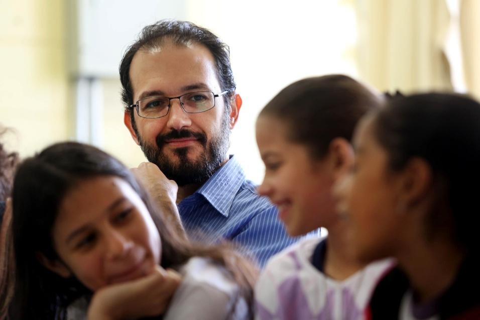 Professr Fábio Augusto Machado acompanha novas alunas que começaram a participar dos projetos deste ano na EMEF Marilli Dias. A instituição tem 21 projetos em atividade atualmente