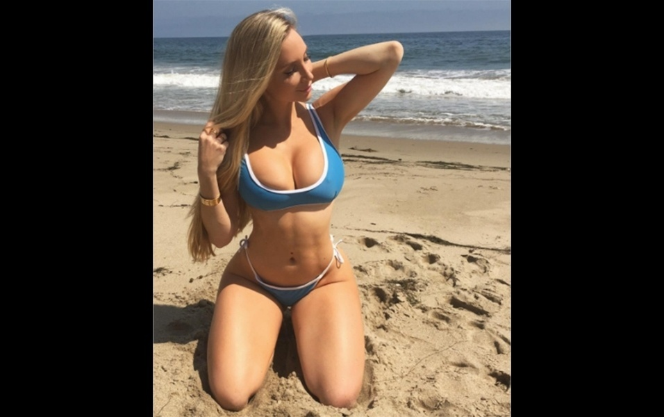 25.jun.2017 - A modelo Amanda Lee, que tem mais de 9 milhões de seguidores no Instagram, chamou a atenção dos fãs ao postar fotos em que aparece de biquíni. A musa fitness canadense chamou atenção pelo corpo escultural