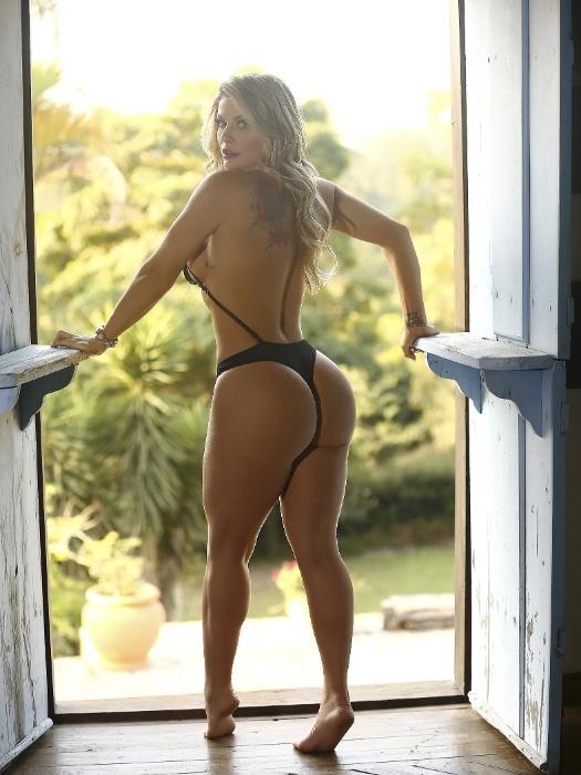 """1.set.2018 - Viviane Bordin, que faz sucesso com ensaios no site Diamond Brazil, exibiu suas curvas em cliques pra lá de provocantes. A gata posou de fio-dental e chamou a atenção para o seu """"bumbum na nuca"""""""