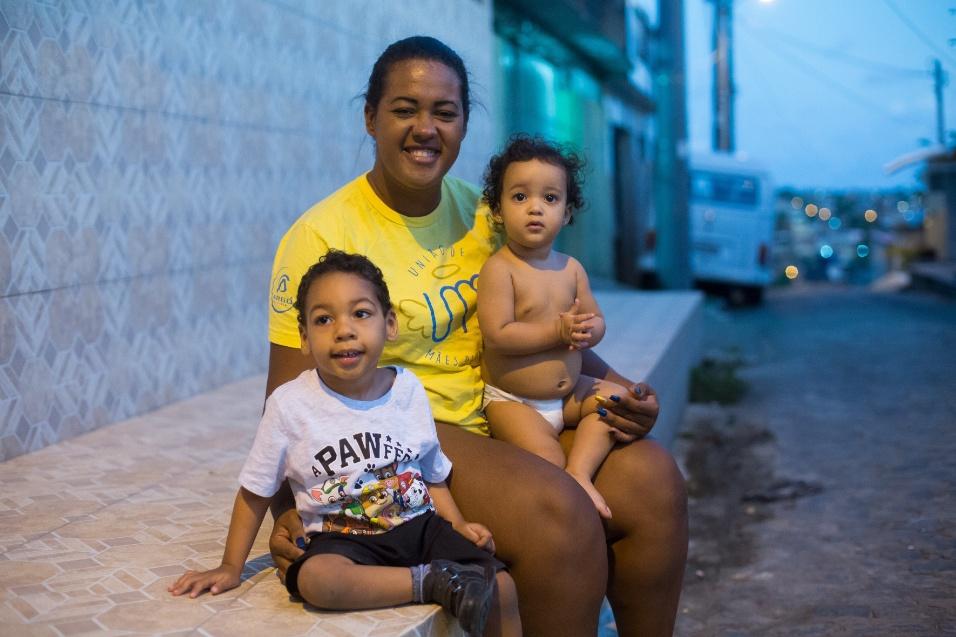 """Germana Soares - UMA - Germana, hoje solteira, explica que a maior parte das mulheres acolhidas pela UMA (União de Mães de Anjos) é abandonada pelos companheiros: """"Ao todo, 76% das mulheres ficam sozinhas, sem o auxílio do pai da criança. Chamamos isso de aborto paterno"""". A chegada de um filho com deficiência, segundo a presidente da associação, também faz com que 92% das mães parem de trabalhar"""