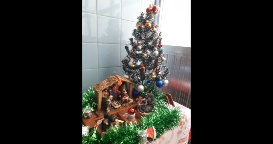 """""""Arrumamos o presépio para desejar um Feliz Aniversário ao menino Jesus e um Santo Natal a todos"""", diz Maria Clara e José Carlos Cruz , de Salto (SP)"""