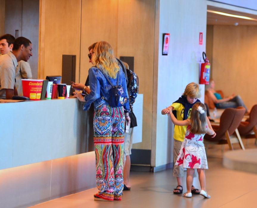 20.mar.2016 - Luciano Huck e Angélica são fotografados no cinema com os filhos Benício e Eva. Joaquim, o filho mais velho, não aparece nesta imagem, mas estava junto no passeio