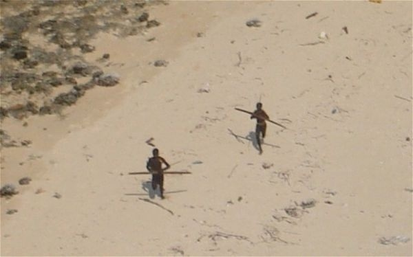"""21.mai.2016 - Dois anos após o tsunami, outro recado """"claro"""" foi dado pelos sentinelenses. Sunder Raj e Pandit Tiwari pescavam ilegalmente na ilha (já que a marinha da Índia determinou que todos devem estar a mais de 3 milhas do local) e acabaram encalhados na costa. Rapidamente, os dois foram encontrados enterrados na areia. Um helicóptero tentou recuperar os corpos, mas os habitantes da ilha, novamente, não permitiram a aproximação"""