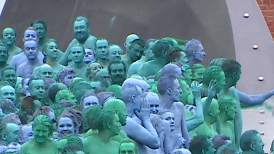 9.jul.2016 - Pintadas de azul, milhares de pessoas tiraram a roupa na Inglaterra para representar a água e conscientizar sobre o aumento no nível dos oceanos por causa do aquecimento global. O clique foi feito para as lentes do famoso fotógrafo americano Spencer Tunick.