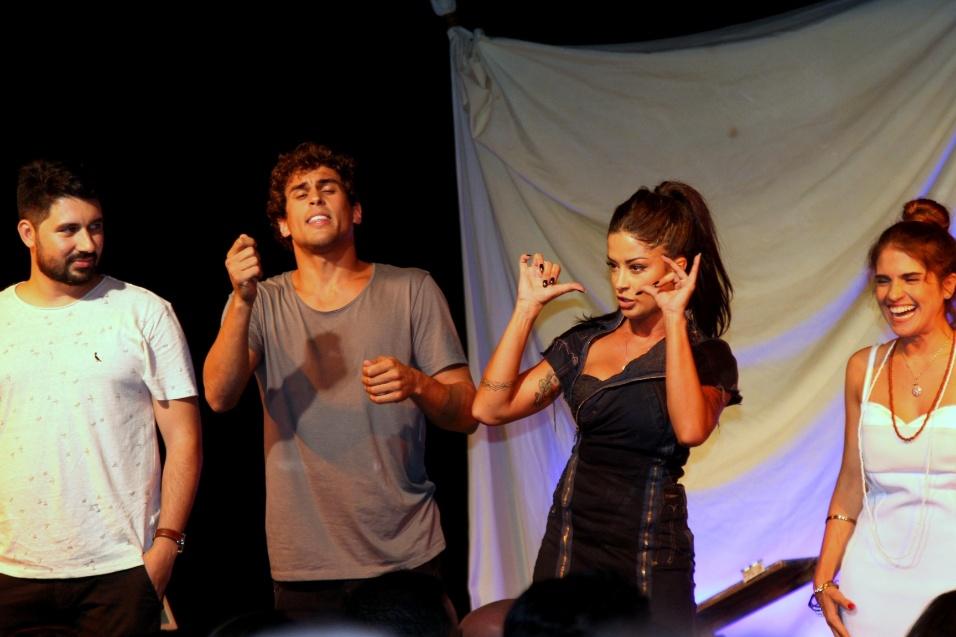 """14.jan.2017 - Felipe Roque e Aline Riscado estrearam a peça """"O Jogo do Amor"""", no Teatro Leblon, no Rio"""
