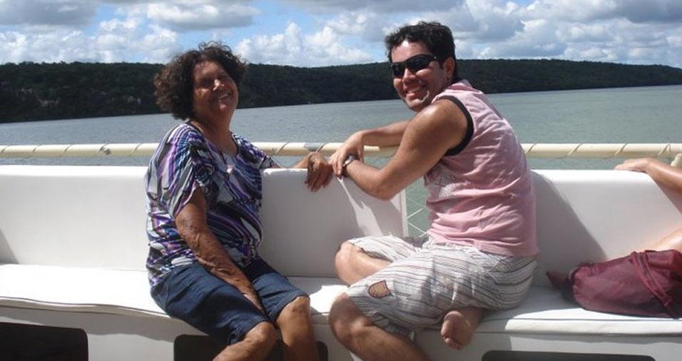"""Douglas enviou foto com a mamãe Deonise, de Recife (PE), e homenageia dizendo: """"Mãe, você me ensinou a enxergar o horizonte pelos olhos do amor. Te amo!"""""""