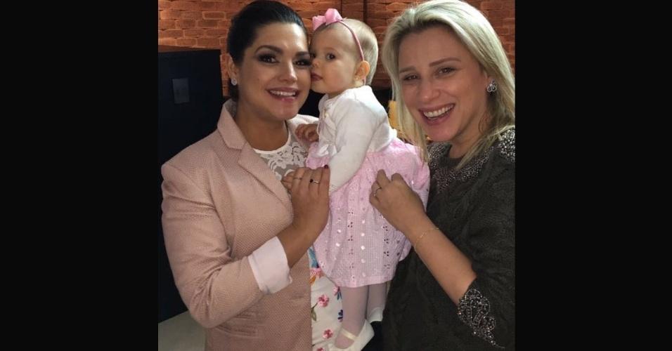6.ago.2017 - Thaís Fersoza combinou o look rosa com o vestido da pequena Melinda