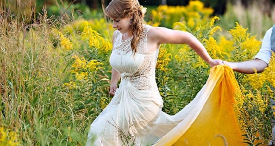 2. Uma moda que tem aparecido no cenário são os vestidos de noiva coloridos a partir da técnica tie dye, a mesma usada para camisetas. Se feito da forma correta, ele pode colorir o vestido sem tirar sua elegância