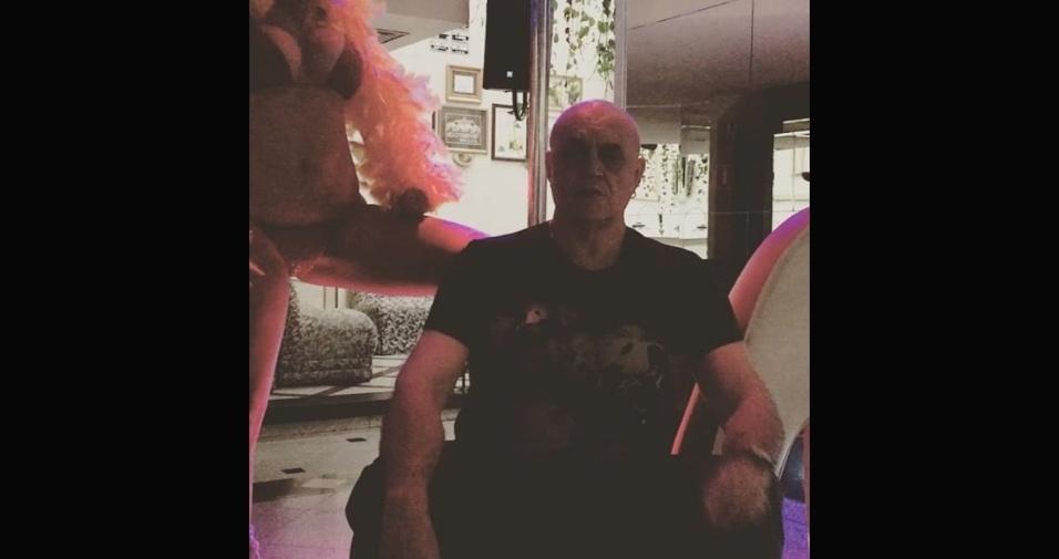 3.fev.2017 - Em outro momento, ele aparece ao lado de uma loira, também usando o biquíni, para anunciar um strip-tease da gata para os frequentadores de sua boate em São Paulo. Veja, a seguir, outros posts ousados de Oscar Maroni: