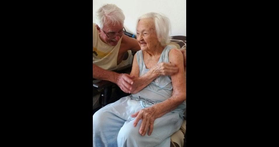 Mauro Guimarães com a mãe Maria José, que completou 102 anos de vida no dia 16 de abril de 2017, gozando perfeita saúde. Eles são de Muriqui, município de Mangaratiba (RJ)