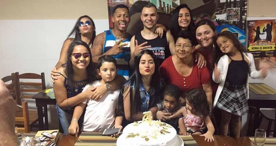 Dona Alaíde Lucinda de Allmeida, de São Paulo (SP), com os netos Bárbara, Beatriz, Bruno, Henry, Alessandro, Ana Karla, Emily, Thiago, Hloiza, Ariana e Sofia