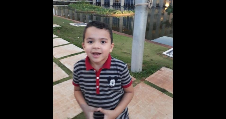 Mateus, o filhinho do Eli Alves de Sousa, passando em frente ao Itamaraty. A família mora em Brasilia (DF)