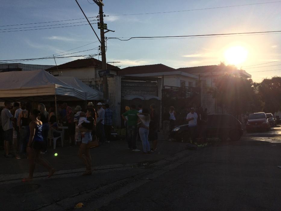20.mai.2016 - Samba na feira. O Samba na Feira, localizado na feira da avenida Eulina, no Jardim Primavera, zona norte de São Paulo, só termina ao pôr do sol. A roda acontece todo terceiro domingo do mês e chega a reunir até 300 pessoas