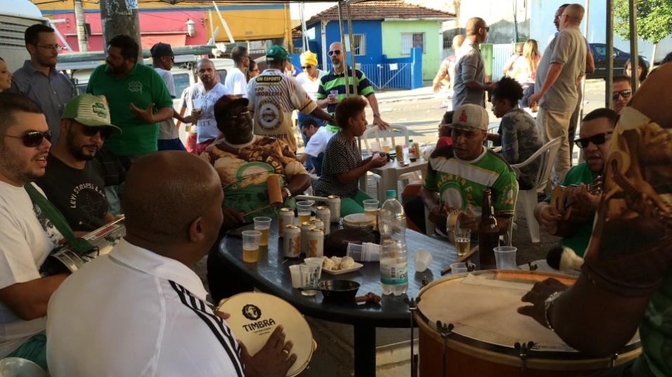 20.mai.2016 - Samba na feira. Aos poucos, a população vai chegando e tomando as ruas após o fim da feira da avenida Eulina, na zona norte de São Paulo, para apreciar o Samba na Feira