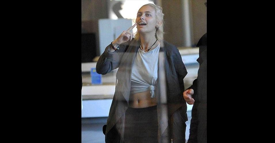 18.jan.2017 - Paris Jackson, filha de Michael Jackson, dispensou o sutiã e revelou que tem um piercing em cada mamilo. A jovem está curtindo uma viagem de férias com o namorado, Michael Snoddy, pela capital francesa