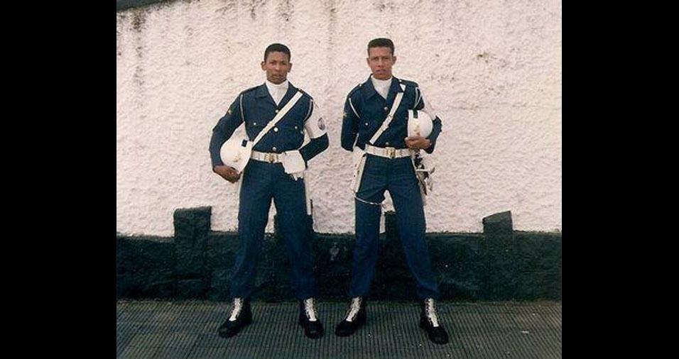 Eduardo, o soldado Rodrigues, à direita da foto, com o primo Adalberto, soldado Oliveira, em 1996, na comemoração do Dia da Bandeira na Base Aérea de São Paulo, na cidade de Guarulhos, conta que ele e o primo tinham 21 anos em 1996 e eram escalados para fazer a guarda da Bandeira Nacional nos desfiles da base aérea de São Paulo, além de trabalharem juntos na mesma sessão da Infantaria de Polícia da Aeronáutica