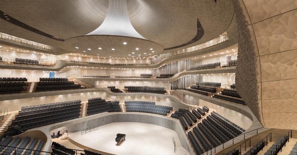 6.mar.2017 - O projeto da Elbphilharmonie Hamburg foi pensado para criar um ponto turístico na cidade alemã, incluindo uma varanda com vista panorâmica de Hamburgo, bares, um restaurante e até apartamentos, além da sala de concertos, claro