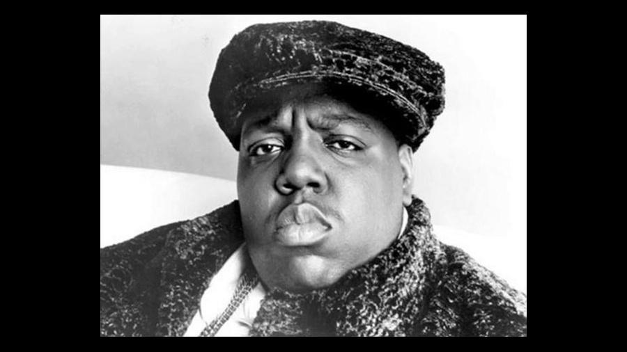 9.mar.1997 - Christopher George Latore Wallace, mais conhecido como o rapper Notorious B.I.G., foi morto em um tiroteio em Los Angeles, aos 24 anos. Ao sair de um show, o carro de Notorius foi abordado em um semáforo por um homem que dirigia um Chevrolet Impala. O rapaz sacou uma pistola 9 milímetros e alvejou o rapper no peito. Socorrido, Notorius morreu ao chegar no hospital. Acredita-se que o rapper foi morto em represália pela morte de seu rival, Tupac, baleado sete meses antes em tiroteio que alguns atribuem a Notorius, apesar de ele sempre negar o envolvimento. A rivalidade entre Tupac e Notorius B.I.G. foi certamente uma das maiores do mundo do rap, e as morte de ambos foi o ápice de uma tensão entre as costas Leste e Oeste dos Estados Unidos