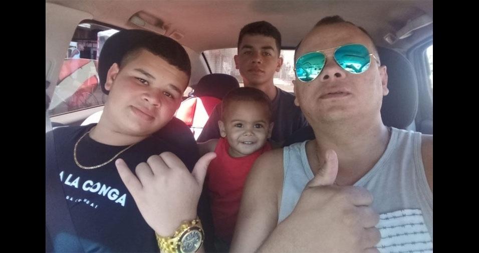 Papai Carlos Eduardo com os filhos Fred, Miguel e Cadu, de Vila Velha (ES)