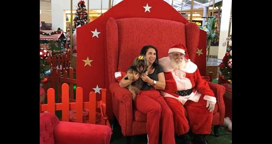 Luciana Mazala Dos Santos levou a Kika para pedir ossinhos e coçadinhas na barriga ao Papai Noel em Montes Claros (MG)