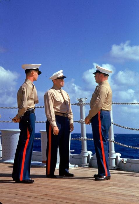 Set.1940 - Três fuzileiros navais uniformizados conversam em navio não identificado próximo ao Havaí