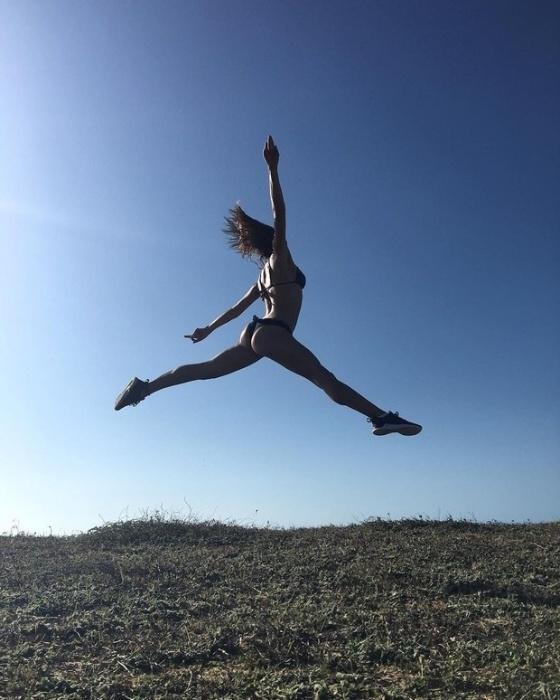 """18.jul.2016 - Com direito a frase poética e um bumbum de tirar o fôlego, a atriz Isis Valverde postou uma foto que deu o que falar no Instagram. A beldade aparece pulando de biquíni com as pernas abertas e deixando o popô em evidência. """"Abrir os braços e deixar os pés saírem do chão. Em um passo de dança, a música vira brisa e leva meus medos pra lá"""", escreveu na legenda da imagem, que chamou a atenção de usuários: """"Arrasou"""""""