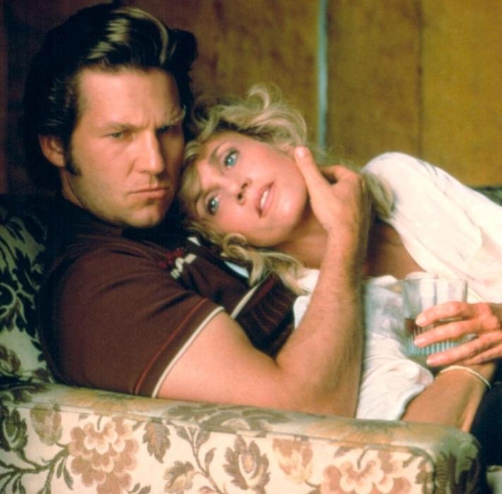"""1986 - Jeff Bridges e Jane Fonda em cena de """"A Manhã Seguinte"""". Alex Sternbergen, personagem de Fonda, acorda ao lado do cadáver de um homem e precisa desvendar o que aconteceu na noite anterior. A atriz foi indicada ao Oscar pelo trabalho"""