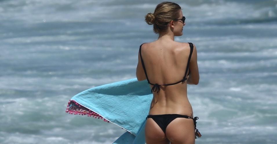18.mar.2017 - Fiorella Mattheis mostra ótima forma em dia na praia com os amigos