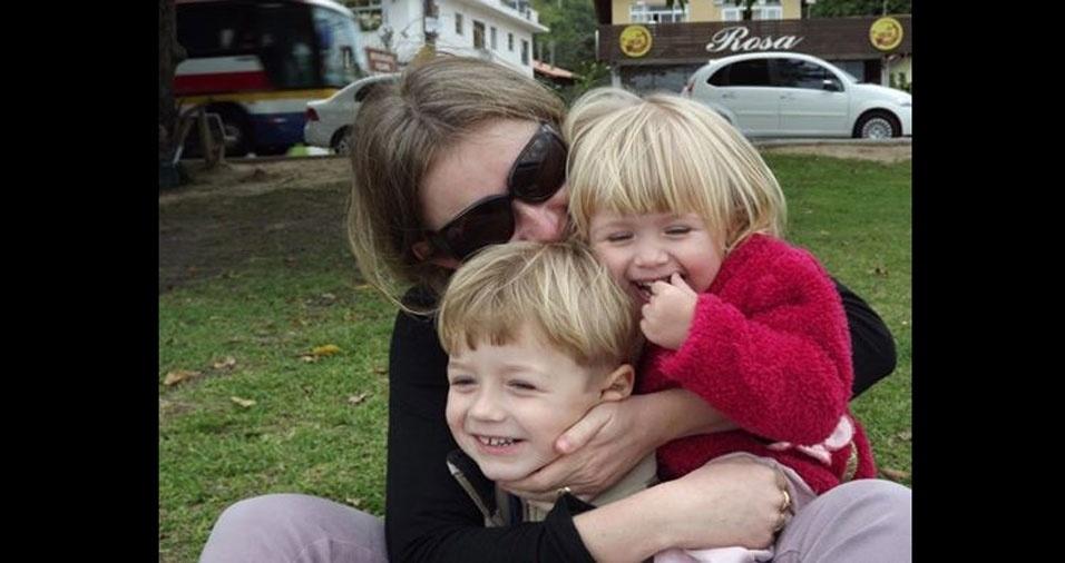Larisa Medeiros Caetano, de Rio do Sul (SC), com os filhos Bruno e Sophia