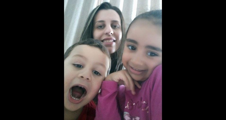 Gislene Maria de Sales Lima, de São José dos Campos (SP), com os filhos Julia e Pedro