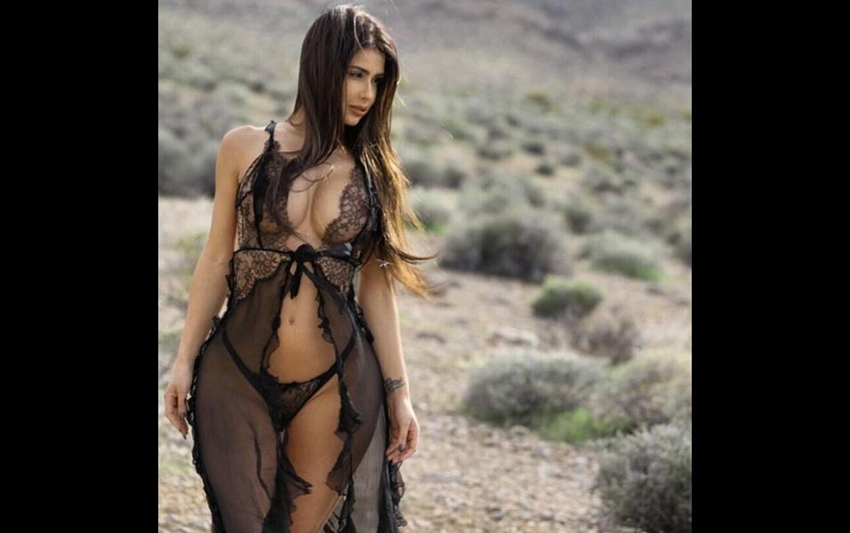 """14.jan.2018 - A modelo Sheniz Halil postou no Instagram uma série de fotos de um ensaio de lingerie. Os fãs da beldade britânica amaram os cliques. A gata foi bastante elogiada, e dezenas de seguidores a chamaram de """"anjo"""""""