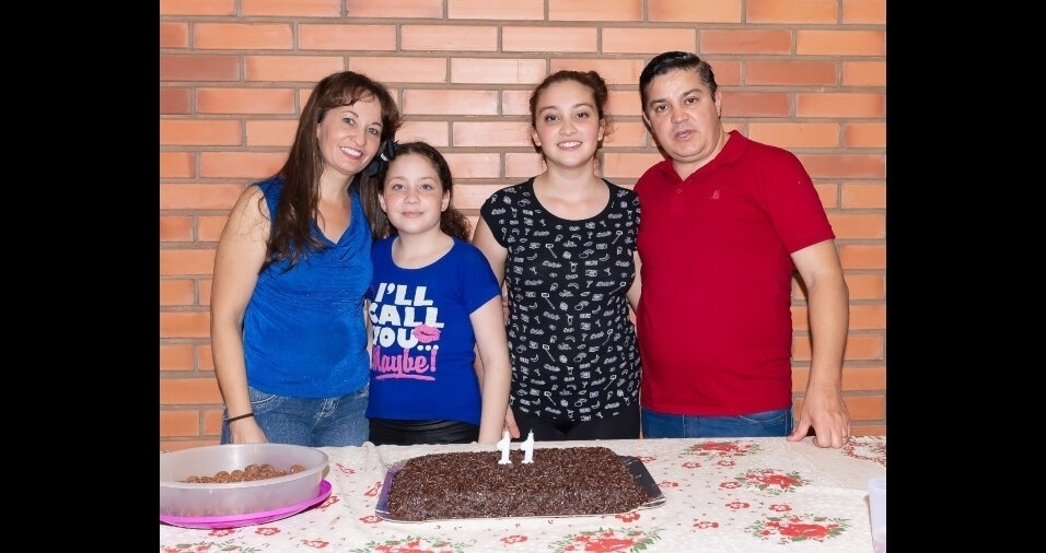 Gabriela e Isabela, com os pais Edilene e Vlademir, de Araras (SP)