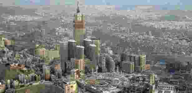 Vista aérea do edifício Abraj Al Bait, terceiro mais alto do mundo, localizado em Meca, Arábia Saudita - Reprodução/Usilive