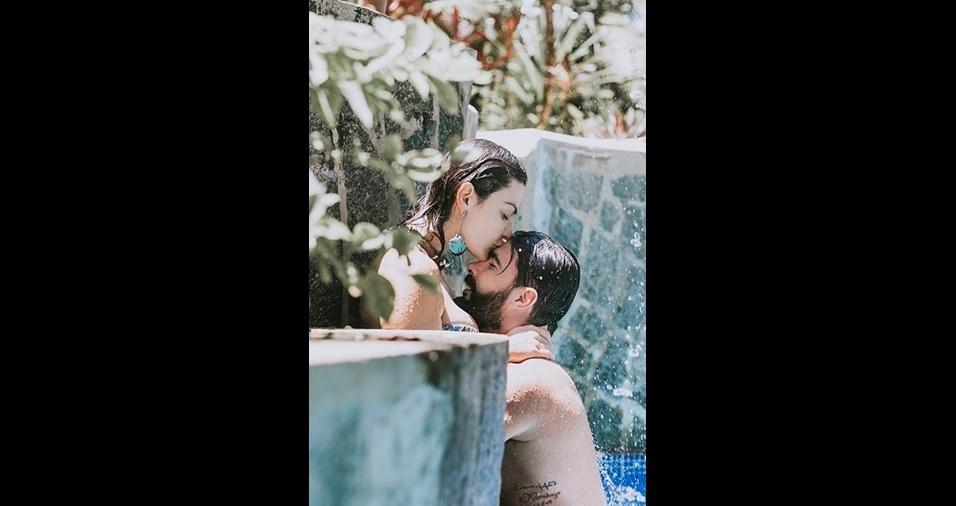 """9.dez.2016 - Conhecido como """"casal camicase"""", Laura Keller e Jorge Sousa abusam na sensualidade ao posarem juntos em Natal, no Rio Grande do Norte"""