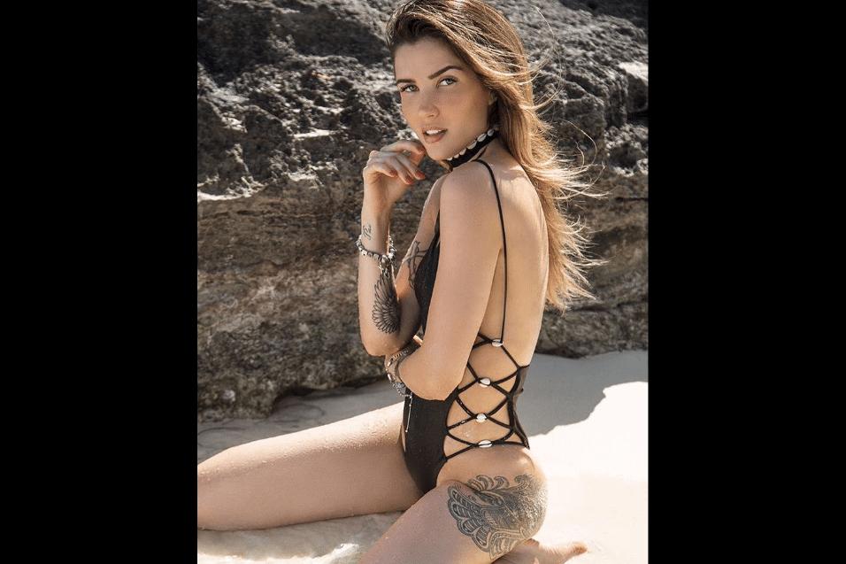 17.fev.2017 - Usando um maiô com as laterais abertas, a ex-BBB Aline Gotschalg mostra algumas de seus tatuagens em ensaio fotográfico no Caribe