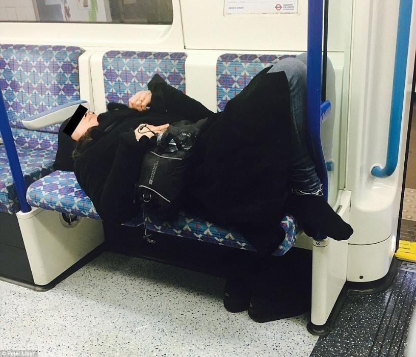 Neste vagão a passageira descansa tranquilamente ocupando dois lugares. Detalhe para os sapatos 'guardados' direitinho embaixo do banco