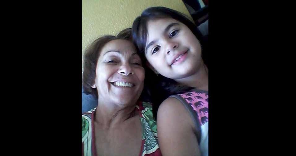 A vovó Bernadeth com a netinha Nicole, de Fortaleza (CE)