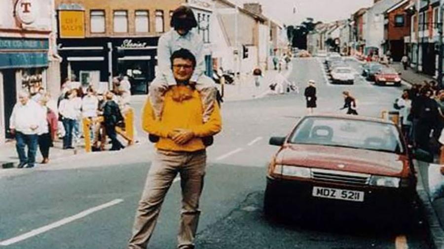 """A imagem acima foi registrada um instante antes de uma bomba que estava dentro do carro vermelho ser detonada, na Irlanda do Norte, em 15 de agosto de 1998, no ataque que ficou conhecido como """"Atentado de Omagh"""". Cerca de 220 pessoas ficaram feridas e outras 29 morreram. Curiosamente, o rapaz de blusa amarela e a criança em seus ombros sobreviveram à explosão, mas o fotógrafo não teve a mesma sorte"""