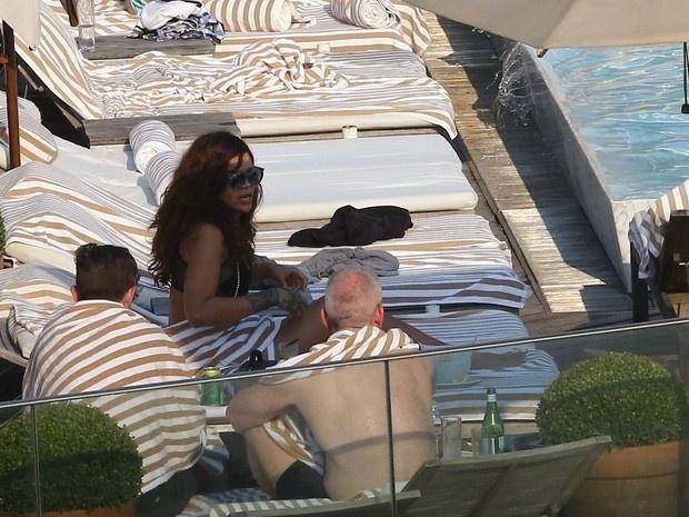 29.set.2015 - Hospedada em um hotel de luxo do Rio, Rihanna curtiu um dia de sol com integrantes de sua equipe e amigos no Rio
